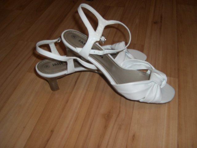 D+S  6.6.2009 - aby neboleli nohy - sandálky sú ideálne