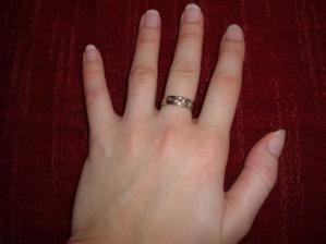 a samozrejme môj snubný prstienok... Všimnite si to vyhradené miesto pre obrúčku... :-)))