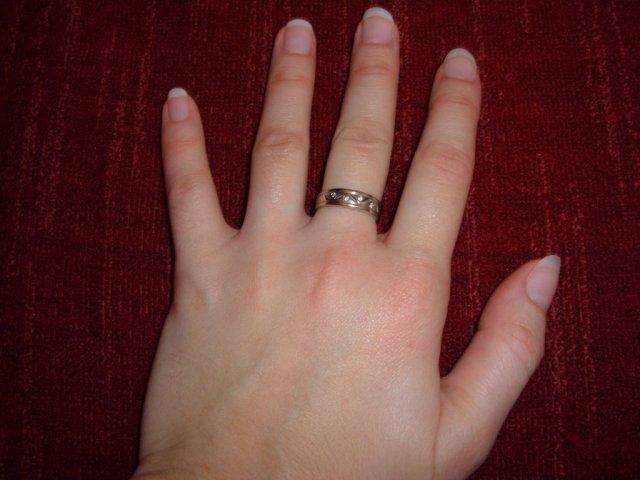 D+S  6.6.2009 - a samozrejme môj snubný prstienok... Všimnite si to vyhradené miesto pre obrúčku... :-)))