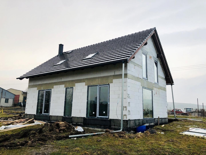 Tak jak všichni pokračujete?😊 Máme tu konečně jaro, a snad brzy i to teplo, tak už zase všechno pojede na plné pecky🤩 u nás se konečně namontovali okna a dveře, a už jsou skoro hotové i všechny vnitřní instalace - voda, odpady, elektro.. a v dubnu jdeme na podlahy💪😁 Jak to jde vám, někdo kdo už bude brzy bydlet?☺️🏠 - Obrázek č. 1