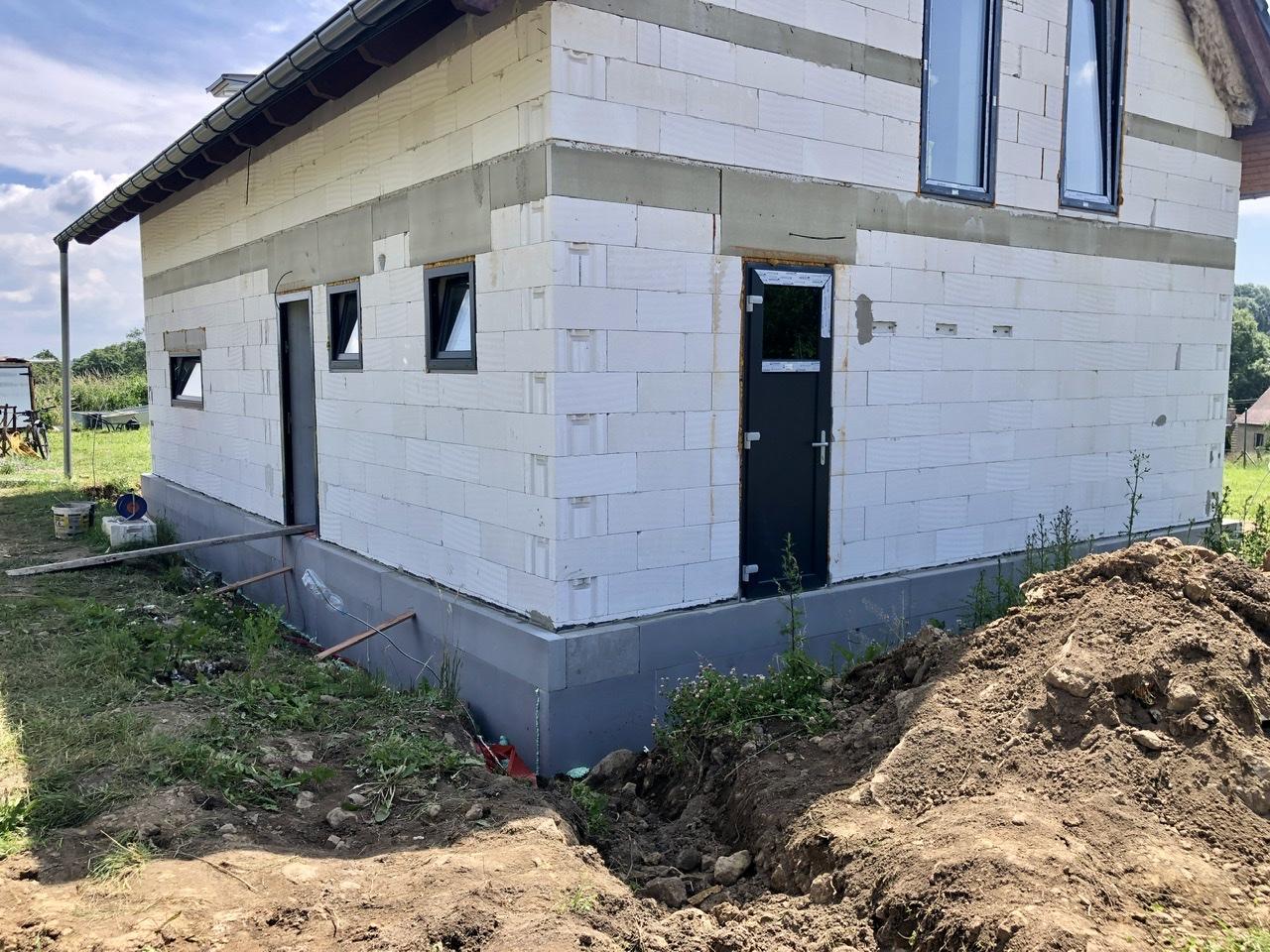 Dům u polí - stavba kolem a venku - Obrázek č. 2