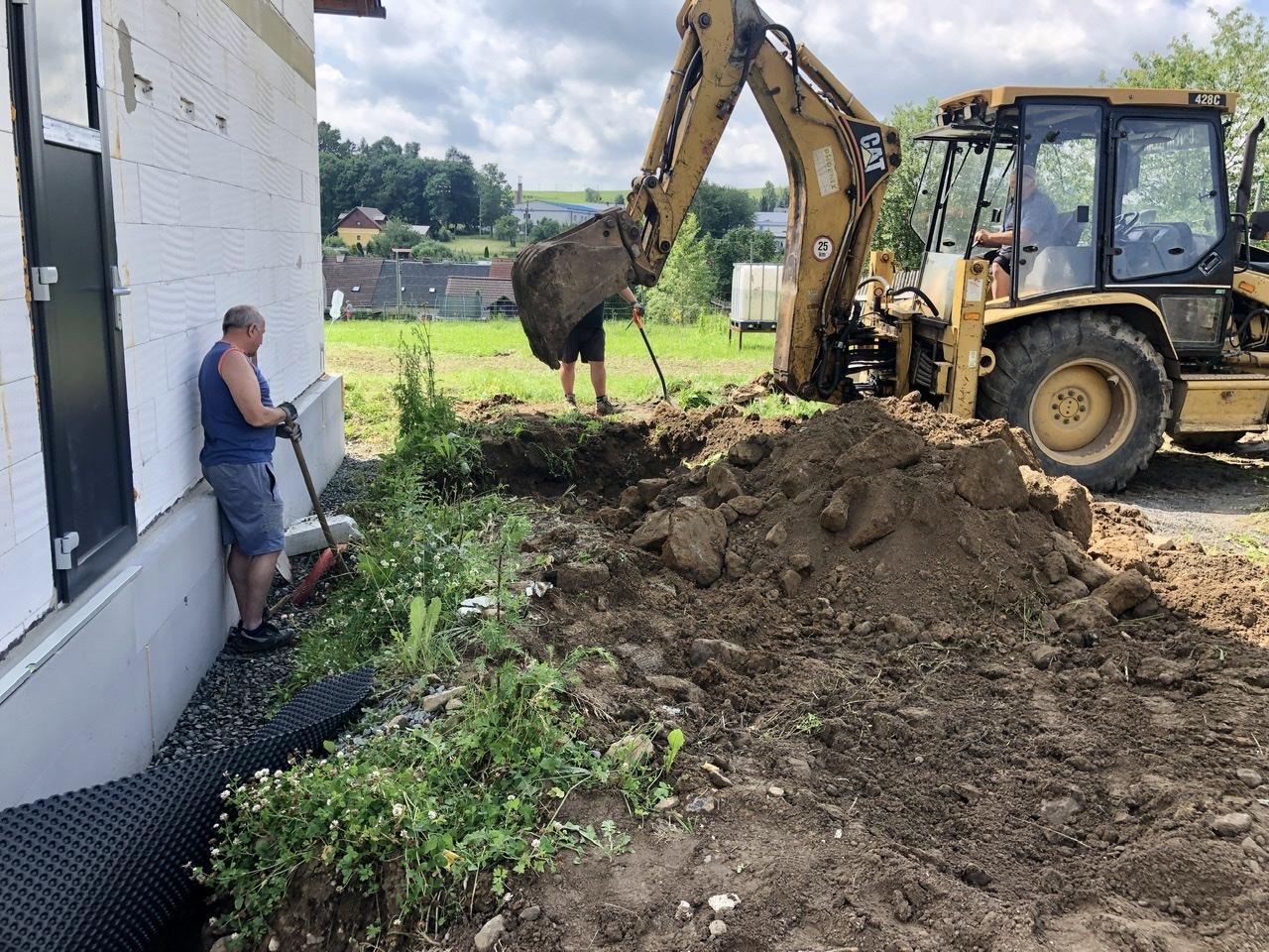 Dům u polí - stavba kolem a venku - Výkop pro přívod vody ze studny a kabel pro čerpadlo