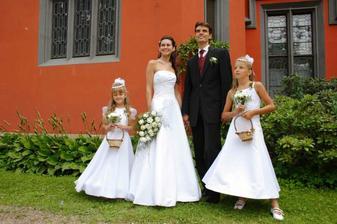 po boku manžela jeho neteř Klára, družička Nikola po mém boku