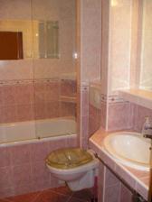 kúpeľňa na mieru, recesiou je WC doska