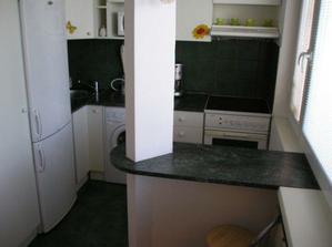 barový pult deliaci kuchyňu na dve časti