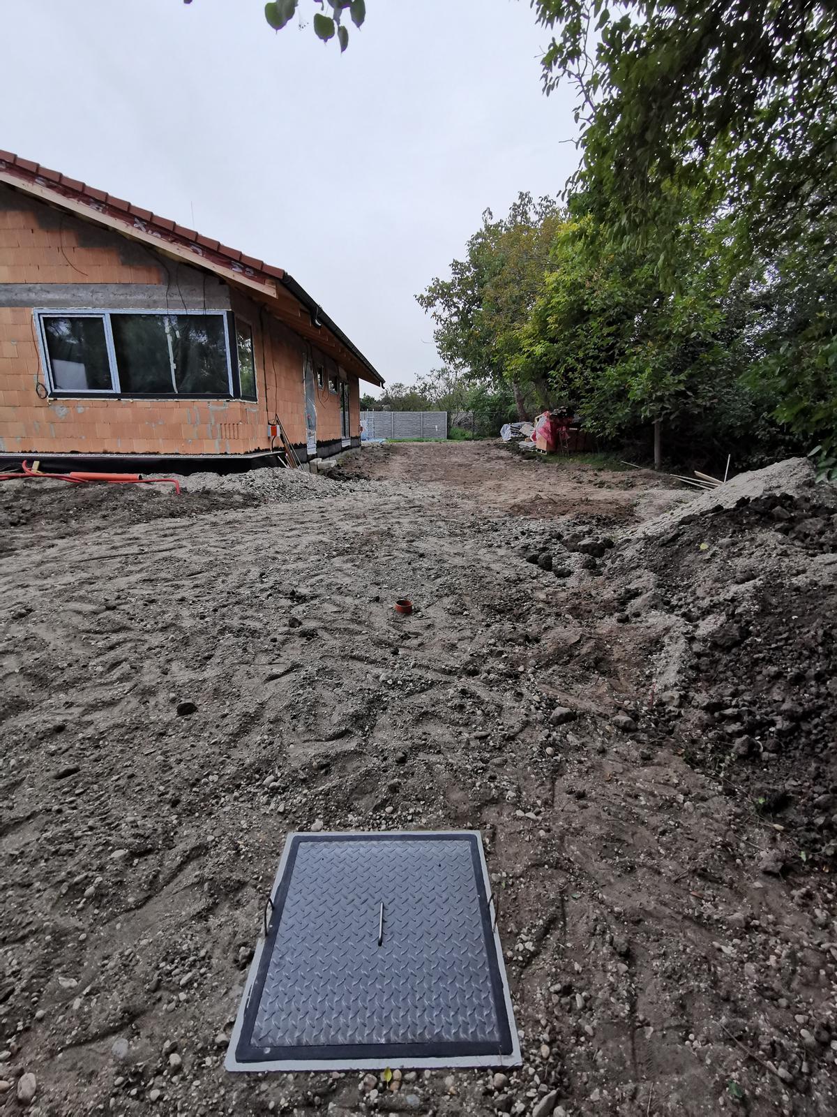 Euroline Bungalov 1871 - 25.09.2019 Žumpa osadená, zakopaná, vzadu za domom aj studňa plus malé úpravy terénu