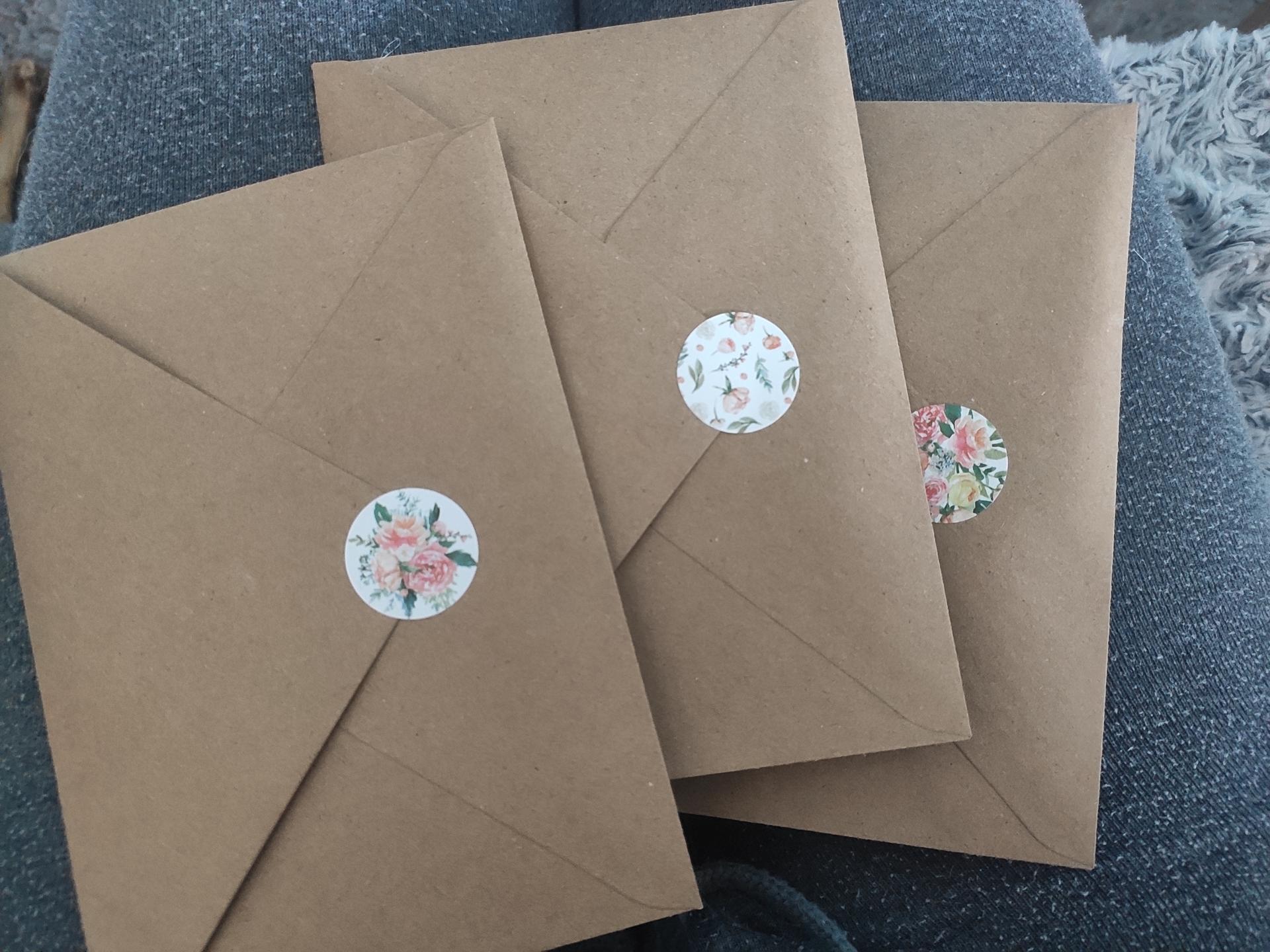 Svatební přípravy - První tři oznámení už v obálce 😊 Nálepky jsem koupila na Aliexpressu a líbí se mi, že bude mít každá obálka jinou