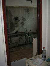 zbytocne dvere medzi chodbou a kuchynou, neskor sme zamurovali