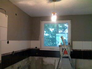 30 maj tak kuchyna je vystierkovana, stena s oknom bude zelenomodra
