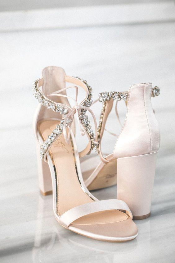 Nízke, vysoké, s uzavretou špičkou či sandále. Možností výberu svadobných topánok je až až. Ak patríte k rovnakým topánkovým závisláčkam ako som ja, určite máte ťažký výber. :-P Akú svadobnú obuv preferujete? Zdroj foto: Pinterest - bluebouquet_com - Obrázok č. 1