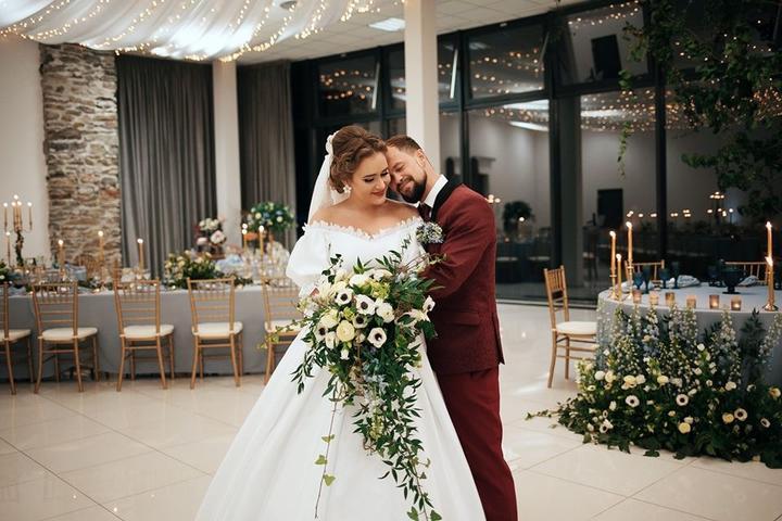 """Romantická svadba, ktorá nás očarila, sa tentokrát uskutočnila na zámku Vígľaš a nevesta Dominika s netradične tradičnými svadobnými šatami zdobenými madeirou si okamžite získala naše srdcia. :) Viac sa dozvieš v našom najnovšom článku v """"Magazíne"""" tu: https://mojasvadba.zoznam.sk/svadba-na-zamku-viglas/ - Obrázok č. 1"""