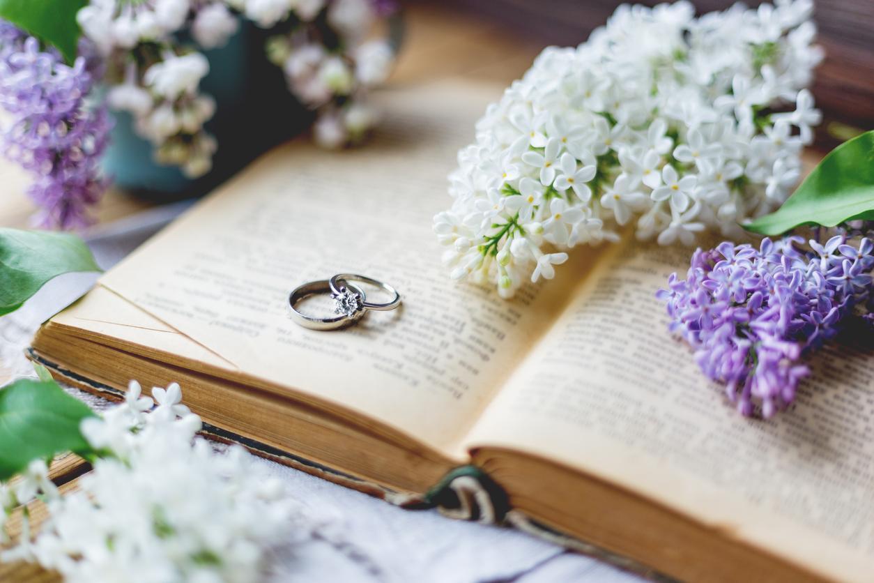 Viem, že je to ťažké, no na aktuálnu situáciu sa prekvapivo dá pozrieť aj v pozitívnom svetle. :-) Čas, ktorý trávime v pohodlí domova môžeme využiť na dolaďovanie drobností, plánovanie (ak vás svadba čaká neskôr), prípadne na čítanie zaujímavých kníh. S množstvom titulov o tom, ako byť dobrá manželka, milenka, či najlepšia priateľka vášmu partnerovi, sa akoby roztrhlo vrece. Ako si teda vybrať tie, ktoré vám do života naozaj niečo prinesú? Radi by sme vám odporučili niekoľko výborných kníh, ktoré skutočne pomôžu pochopiť vášho partnera, či nájsť odpovede na otázky, ktoré si možno pokladáte. Tipy na knihy nájdete tu: https://mojasvadba.zoznam.sk/knihy-o-manzelstve/ - Obrázok č. 1