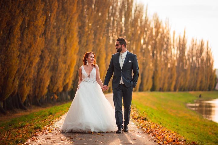 Ja tieto jesenné svadby zbožňujem. :-) A práve teraz je ten správny čas na naplánovanie veľkého dňa, ktorý bude zdobiť opadané lístie, sýte farby, jemný vánok a vôňa, ktorá jeseň sprevádza. Romantická svadba v Pálenici Jelšovce, vás presvedčí, že aj svadba v novembri je dobrý nápad. Jesenná atmosféra Eliškinej a Maťovej svadby mala totiž naozaj zvláštne čaro. Článok nájdeš tu: https://mojasvadba.zoznam.sk/jesenna-romanticka-svadba-palenica-jelsovce/ - Obrázok č. 1