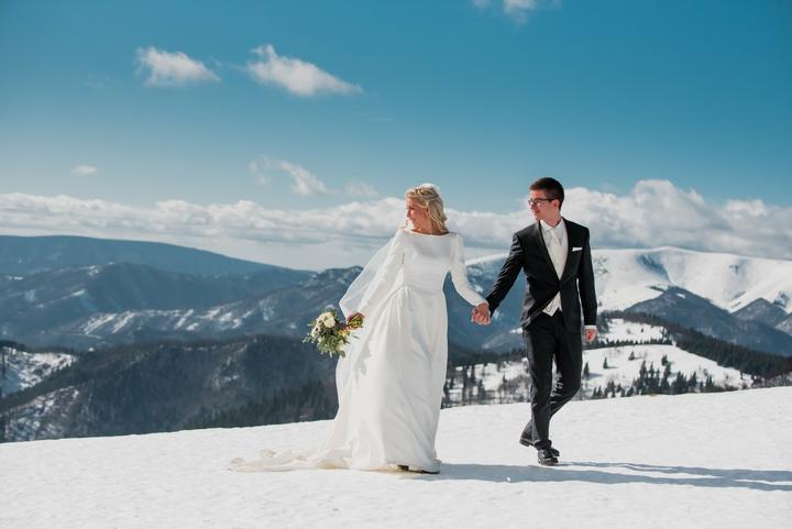 Poviem vám pravdu, mne by asi nikdy nenapadlo zorganizovať svoju svadbu v zime. Ak by mi niekto ale zaručil tak krásne počasie, ako mala Janka s Martinom, išla by som do toho! Rozprávková svadba Janky a Martina bola plná snehu a svetielok, presne tak, ako si to nevesta vysnívala. Prečo Janka odporúča nevestám zimnú svadbu? :-) Dozviete sa v rozhovore tu: https://mojasvadba.zoznam.sk/carovna-zimna-svadba-hotel-golden-eagle/ - Obrázok č. 1