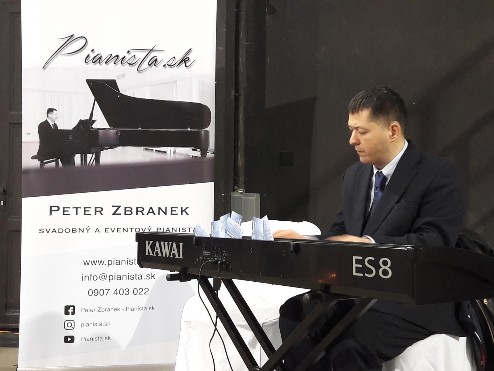 Milé nevesty, práve teraz sme LIVE na našom Facebooku, kde pre vás zdieľame koncert pána Petra Zbraneka, obľúbeného a talentovaného pianistu, ktorý vám zahrá tie najznámejšie piesne. Tak šup k nám na Facebook! :-) - Obrázok č. 1