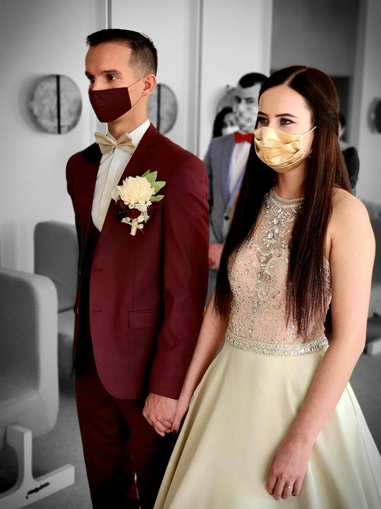 Mnoho neviest pre pandémiu koronavírusu odložilo svadobné plány na neurčito. Niektoré sa však odradiť nedali a svoju lásku spečatili v úzkom kruhu rodiny a priateľov, ako aj naša nevesta @biolady :-) Ako vyzerala jej svadba na Záhorí? Dozviete sa tu: https://mojasvadba.zoznam.sk/svadba-v-case-koronavirusu/ - Obrázok č. 1