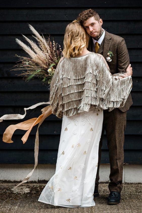 Plášte, bolérka, bundičky. Budete mať podobný doplnok na svojej svadbe? Možností na zahalenie ramien je mnoho a návhári sa už doslova pretekajú v tom, kto prinesie originálnejší kúsok. Pokiaľ plánujete jesennú či zimnú svadbu a hľadáte spôsob, akým si zahalíte ramená a zabezpečíte teplo a pohodlie počas obradu a hostiny, určite nezmeškajte najnovší článok v našom magazíne: https://mojasvadba.zoznam.sk/zahalene-ramena-svadba/ - Obrázok č. 1
