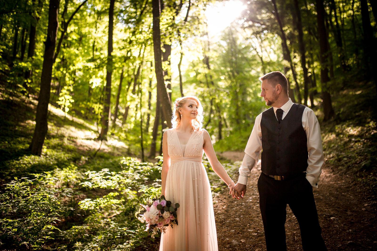 Pre Zuzanu @z.junasova a Martina je prvý máj osudovým dátumom. Počas prvého mája sa odohrali ich zásnuby aj netradičná svadba počas pandémie. A 1. mája 2021 ich čaká aj druhá svadba v plnej paráde. Prečítajte si rozhovor so Zuzkou o tom, ako prebiehala ich svadba a prečo sa ju rozhodli mať aj napriek vírusu a sťaženým podmienkam: https://mojasvadba.zoznam.sk/romanticka-svadba-v-case-pandemie/ - Obrázok č. 1