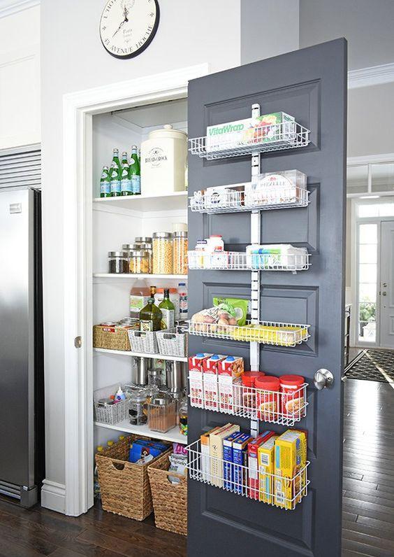 V kuchyni by malo mať všetko svoje miesto. 8-)  Ako riešite usporiadanie vy? Máte špeciálne triky a vychytávky? Pochváľte sa! :) Zdroj foto: Pinterest - homemydesign_com - Obrázok č. 1