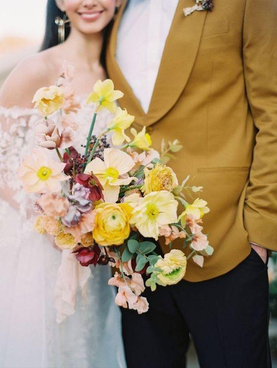 Farebné obleky :) Jeden z trendov pre budúci rok je jasný. Podľa najnovších kolekcií návrhárov by sa mali niesť v odtieňoch sýtej žltej, okrovej či horčicovej. Čo poviete, išli by vaše polovičky do farebného obleku či aspoň saka? :)  Zdroj foto: Pinterest - Obrázok č. 1