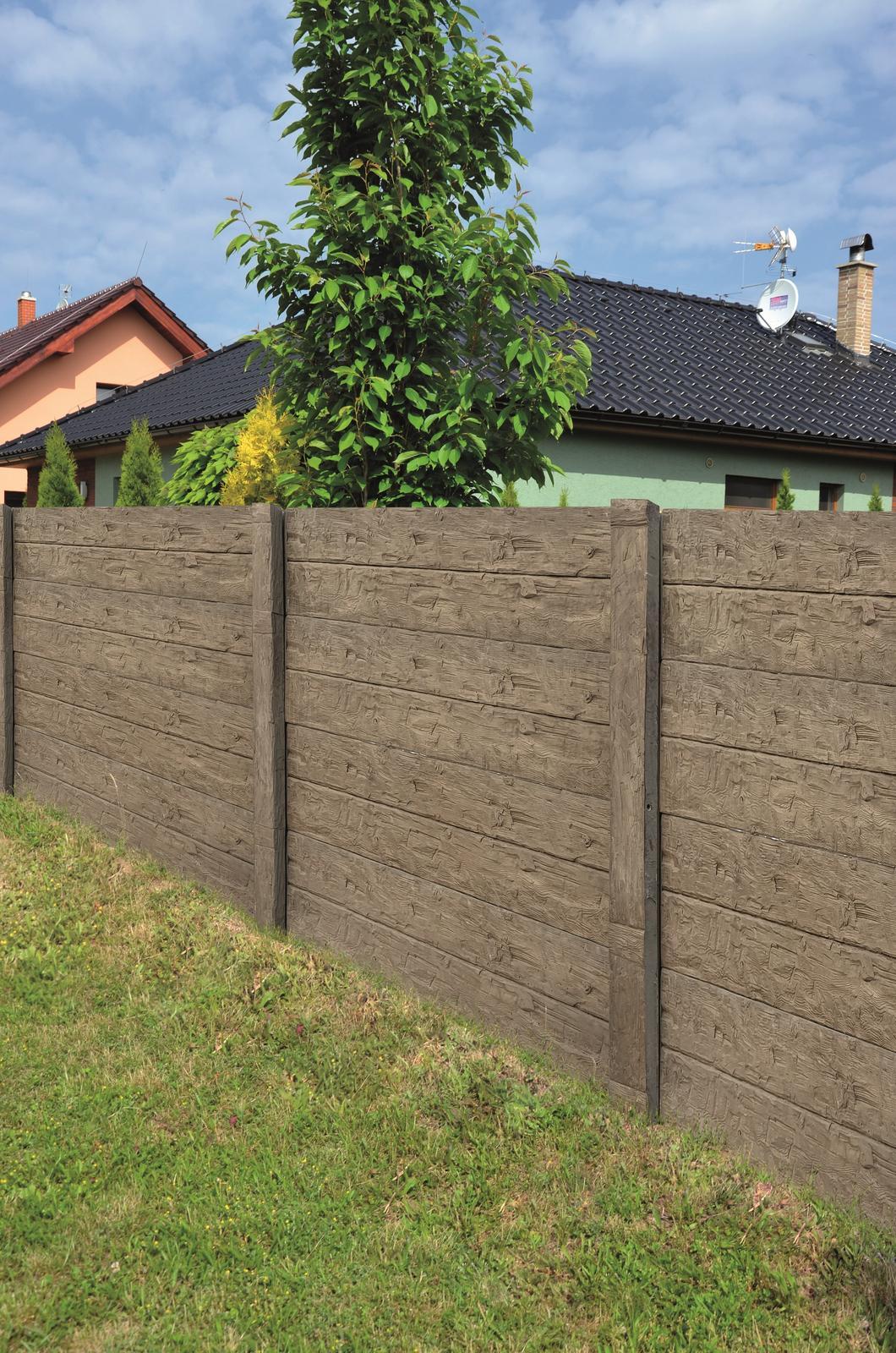 Betonové ploty z tvárnic, cihel a deskové - Plotový systém deskový - reliéf dřevo