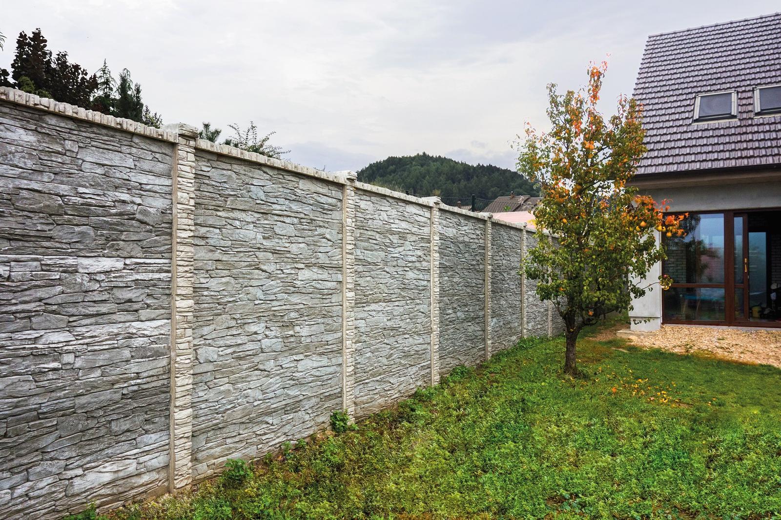 Betonové ploty z tvárnic, cihel a deskové - Plotový systém deskový - reliéf kámen
