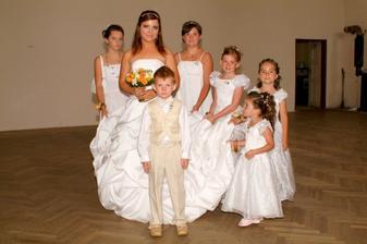 Nevěsta se svou družinou