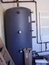 nádoba na teplou vodu z kotle,ta nám pak topí za nás i jeden až dva dny