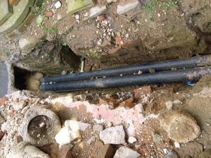 vedení teplovodních trubek od kotle do domu