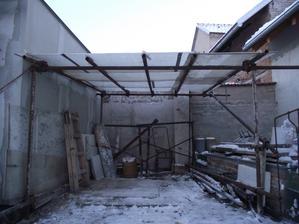 provizorní garáž z lešeňových trubek a staršího polykarbonátu