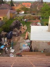 pohled z vrcholu vazby na naši zahradu
