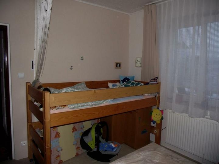 Davídek má postel místo postýlky
