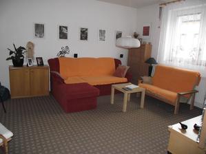 nu a obývací pokoj nyní,je sice poskládaný z toho co jsme dostali a co jsme měli,bohužel peníze se pořád dávají na rekonstrukci a tak na nový nábytek už nezbude nic,ale i tak se dá bydlet.
