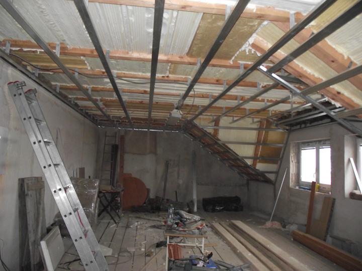 Teď už jen nacpat izolaci a sádrokarton a stropy jsou hotové