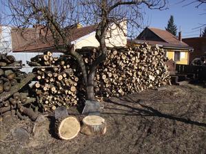 naše zásoby dřeva na topení