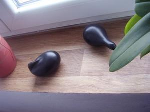 manžel si donesl odřezky z lina od kamaráda,který ho má doma,že si je dá do regálu v dílně a já si udělala krásný parapet :o))))
