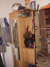 technická místnost,botník a skříňka od sestry,kde má manžel pracovní oblečení,tak pro něj nemusí vůbec dál do bytu
