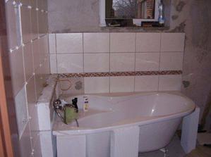 Obkládání koupelny, manžel si to bkládal sám