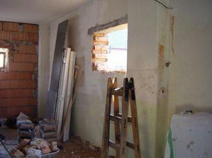 Bourání díry pro nové vchodové dveře