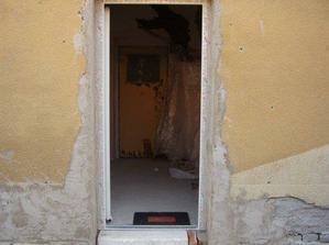 Pohled na vchod z venku, z boku domu
