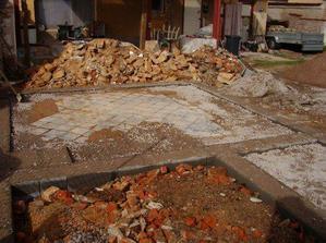 Zůstal jen holý beton