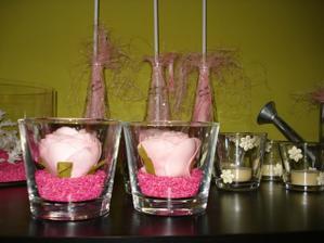 svícínky, kytičky na stůl, držáky na balonky