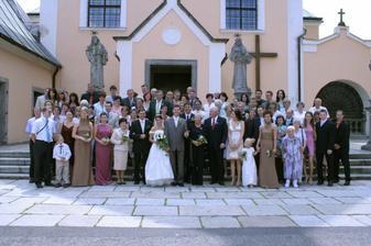 Společná fotka všech svatebčanů
