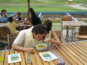Druhý den, oběd v restauraci. Oni s těmi zvyky nepřestanou?