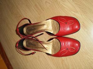 k nim samozrejme červené topánočky