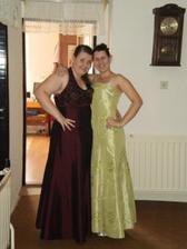 moje zlaté sestričky v šatách na svadbu