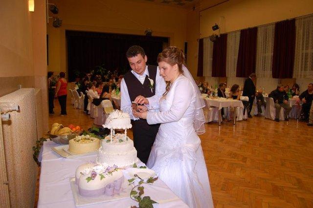 Lenka Kločayová{{_AND_}}Ľuboš Števo - krájanie svadobnej tortičky