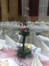 naša                kvetinová výzdoba na stoloch...