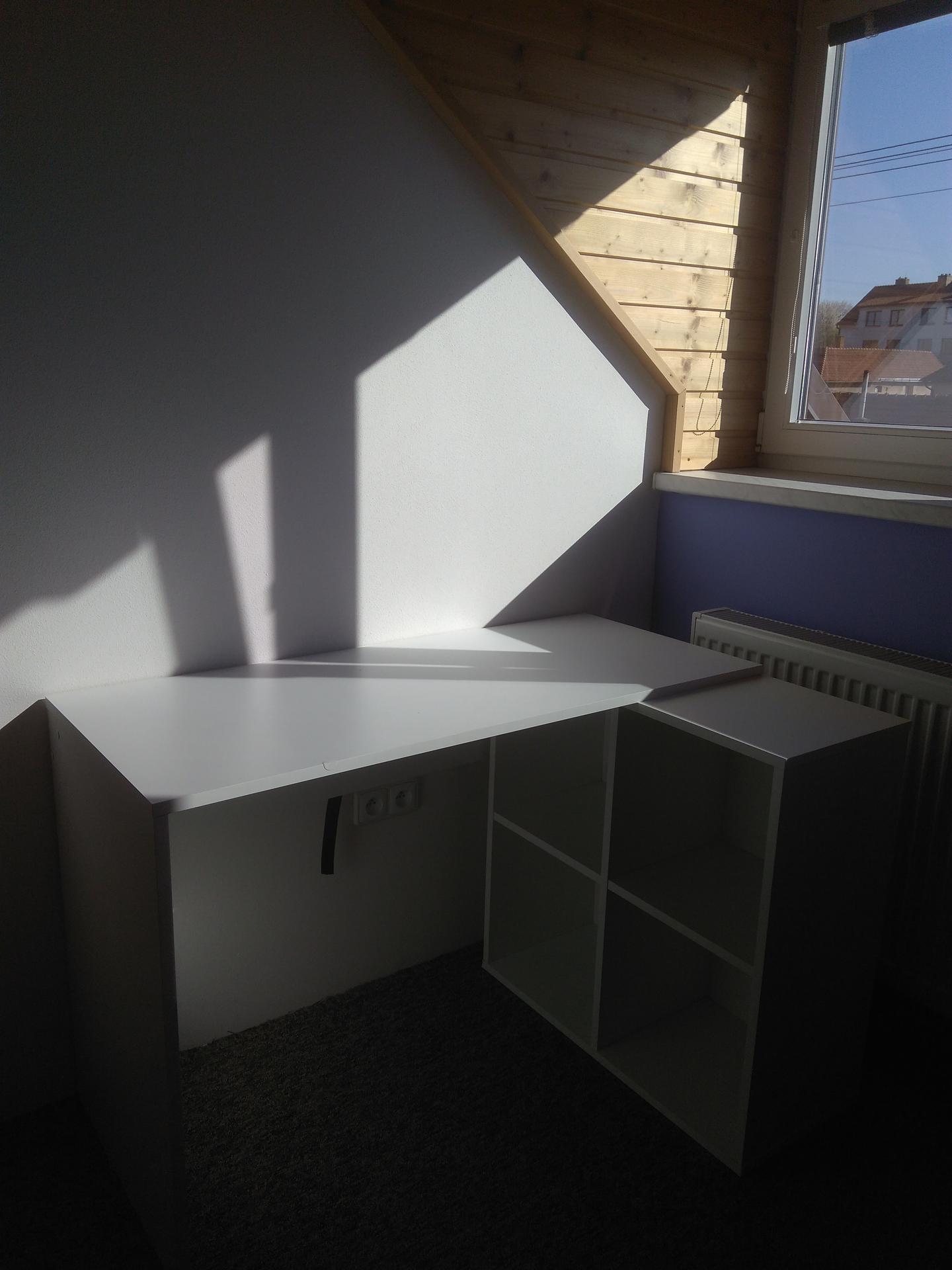 Podkrovní pokoj pro princezny - Stůl Lidl