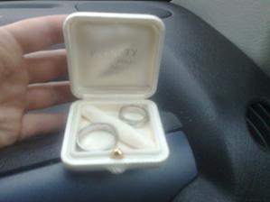 naše prstýnky v krabičce